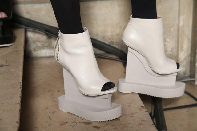 2263318-http---scarpemagazine.com-2016-04-01-iggy-azalea-nel-nuovo-video-con-delle-folli-iris-van-herpen-